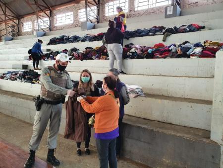 Mais de 100 famílias taquarienses recebem donativos arrecadados pela BM local