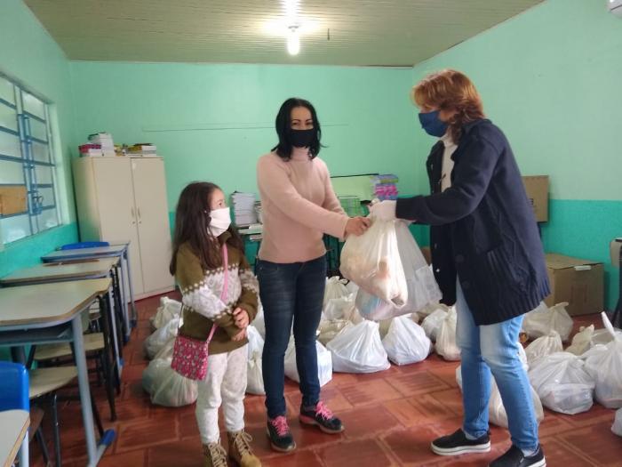Educação realiza segunda etapa da entrega de cestas básicas