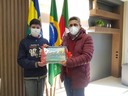 Estudantes da E.M.E.F Emílio Schenk visitam prefeito André Brito
